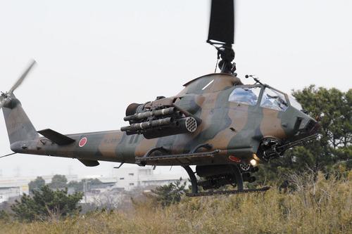 低空進入するAH-1S